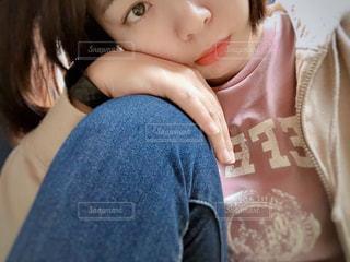 ベッドの上に座っている少女の写真・画像素材[1824567]