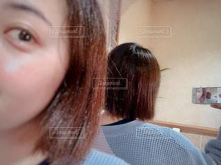 鏡越し越しに撮影してる女性の写真・画像素材[1848347]