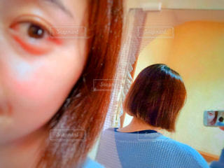 近くにカメラを見て女の子のアップの写真・画像素材[1848356]