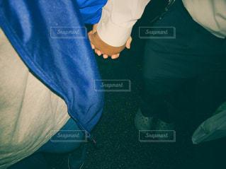 手を繋いでる2人の写真・画像素材[1853742]