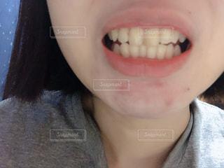 歯を見せる女性の写真・画像素材[1953194]