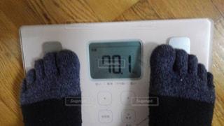 体重計にのる人の写真・画像素材[2066255]