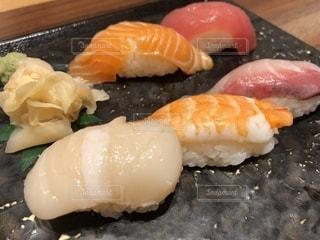 テーブルの上の寿司の写真・画像素材[2078065]