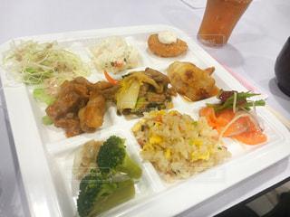 テーブルの上の食べ物の皿の写真・画像素材[2812151]