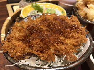 皿の上の食べ物のボウルの写真・画像素材[2913411]