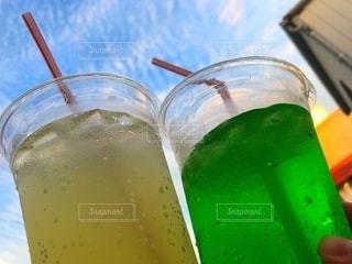 ボトルとオレンジジュースのグラスのクローズアップの写真・画像素材[3544949]