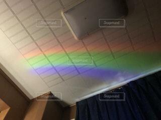 部屋に虹の写真・画像素材[3799369]