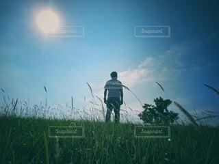 立っている男の写真・画像素材[3799386]