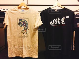 黒いシャツを着た男性の写真・画像素材[822757]