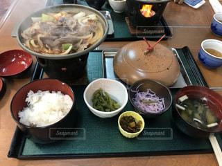 テーブルの上に食べ物のボウルの写真・画像素材[823426]