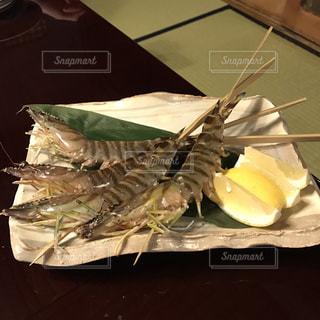 テーブルの上に食べ物のプレートの写真・画像素材[823578]