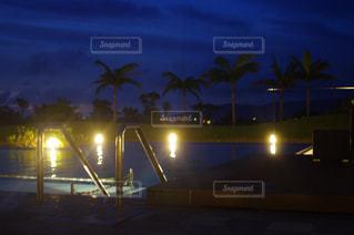 夜のライトアップされたプールサイドの写真・画像素材[823654]