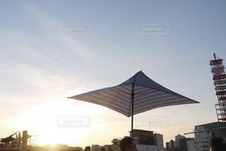 近くの曇りの日に傘をの写真・画像素材[825810]