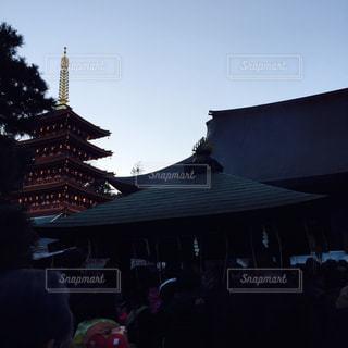 建物の前に立っている人々 のグループの写真・画像素材[924130]