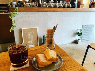 アイスコーヒーとフレンチトーストの写真・画像素材[2422081]