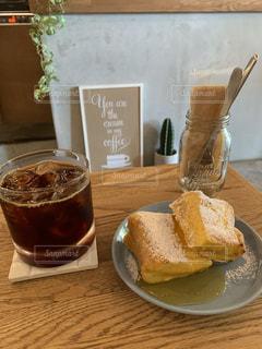 アイスコーヒーとフレンチトーストの写真・画像素材[2422082]