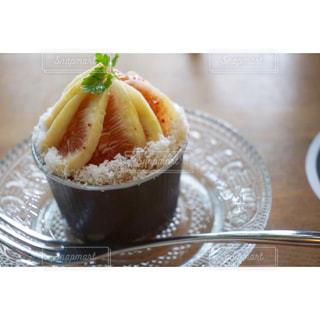 テーブルの上に食べ物のボウルの写真・画像素材[823628]
