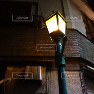路地裏のレトロ街灯の写真・画像素材[826996]