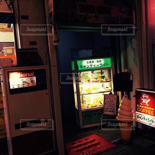 夜の喫茶店ショーウィンドウの写真・画像素材[838954]