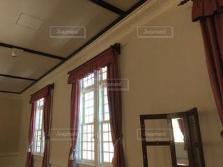 大きな窓付きの洋館の写真・画像素材[1052396]