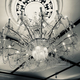 シャンデリア モノクロの写真・画像素材[1052398]