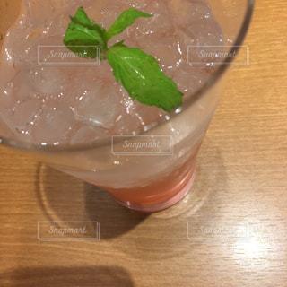 ピンクGFジュースにミントの写真・画像素材[1438881]