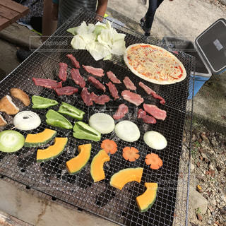テーブルの上に食べ物の束 - No.824596