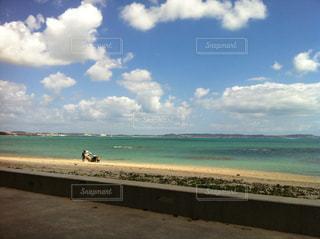 水の体の横にある砂浜のビーチの写真・画像素材[857023]
