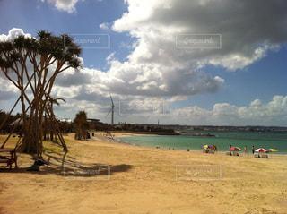 砂浜の上に座っている人々 のグループの写真・画像素材[857027]