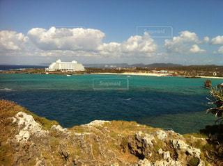 水の体の真ん中に岩の島の写真・画像素材[857042]