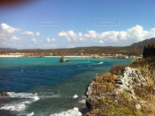 水の体の真ん中に島の写真・画像素材[857043]