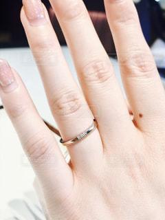 女性の手と結婚指輪 - No.834815