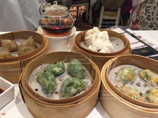 テーブルの上に食べ物のボウルの写真・画像素材[856541]