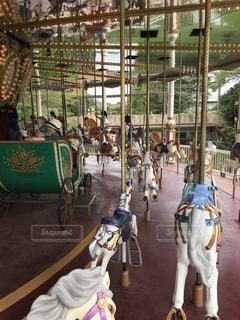 回転木馬の背中に乗っている人々 のグループの写真・画像素材[1410378]