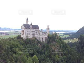 背景の山の城の写真・画像素材[826388]
