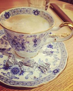 テーブルの上のコーヒー カップ - No.826294