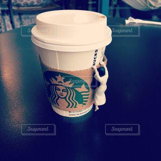 テーブルの上のコーヒー カップの写真・画像素材[1000137]