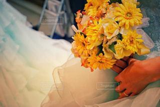 ベッドの上に座って花の花瓶の写真・画像素材[927237]