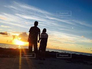 夕暮れのカップルの写真・画像素材[830928]