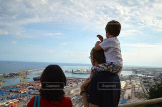 海を眺める家族の写真・画像素材[880853]