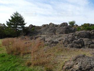近くに岩の横にある丘の中腹のアップ - No.843805
