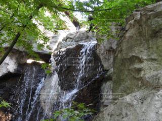 岩が多い崖の上の大きな滝 - No.844535