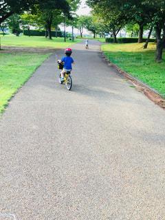 未舗装の道路を自転車に乗る男の写真・画像素材[845593]