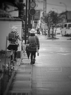 通りを歩いている人 - No.872623