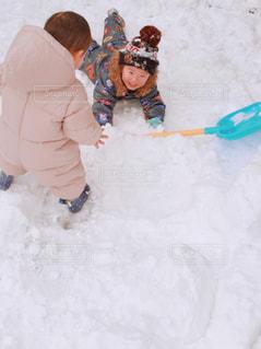 雪で遊ぶ兄弟 - No.894125