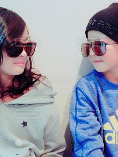 selfie を取ってサングラスを身に着けている女性 - No.901422