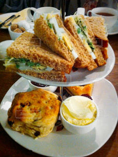 テーブルの上に食べ物のプレートの写真・画像素材[938156]