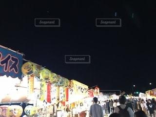 店の前に立っている人々 の群衆の写真・画像素材[1238483]