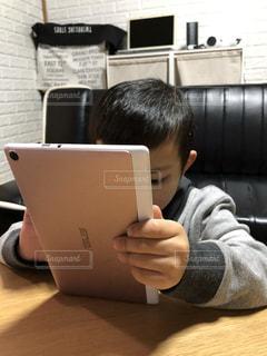 テーブルに座っている男の子の写真・画像素材[1805027]