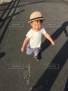 はじめての麦わら帽子をかぶってお散歩に行った写真です。今までは帽子を嫌がっていましたが、この麦わら帽子だけは気に入ってくれたようです!の写真・画像素材[831923]